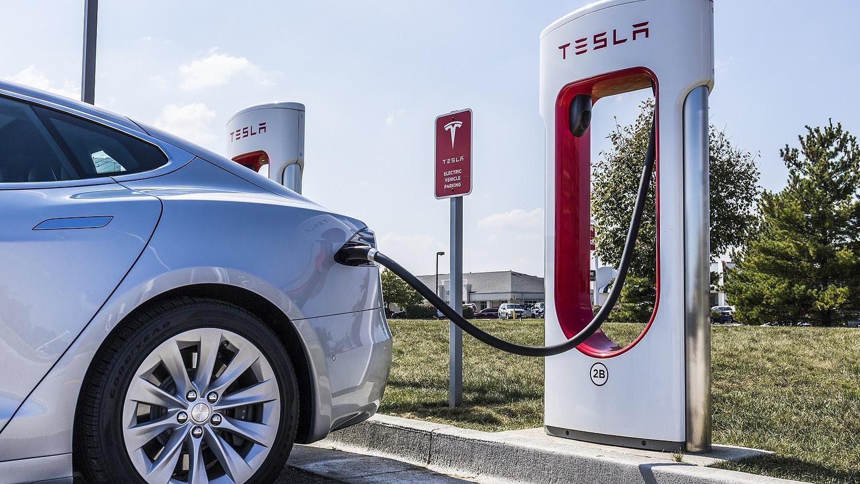 Látványos ábrán, mekkora üzemanyag-megtakarítást hozott az elektromos  autózás - Portfolio.hu