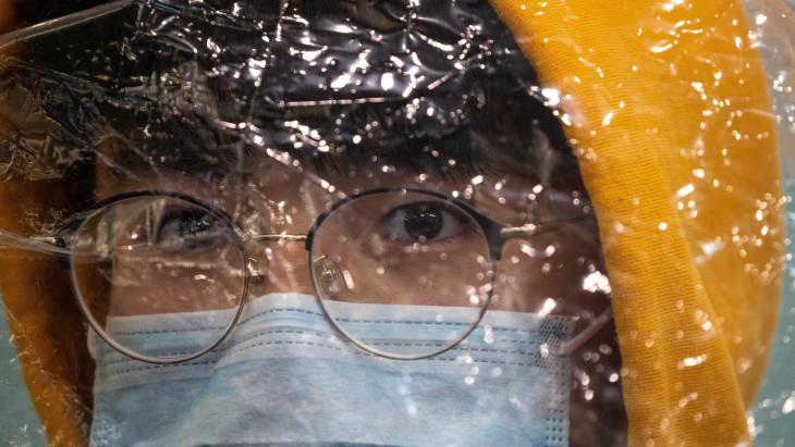 Hiába zárkózik be a világ, hevesen tombol a koronavírus-járvány