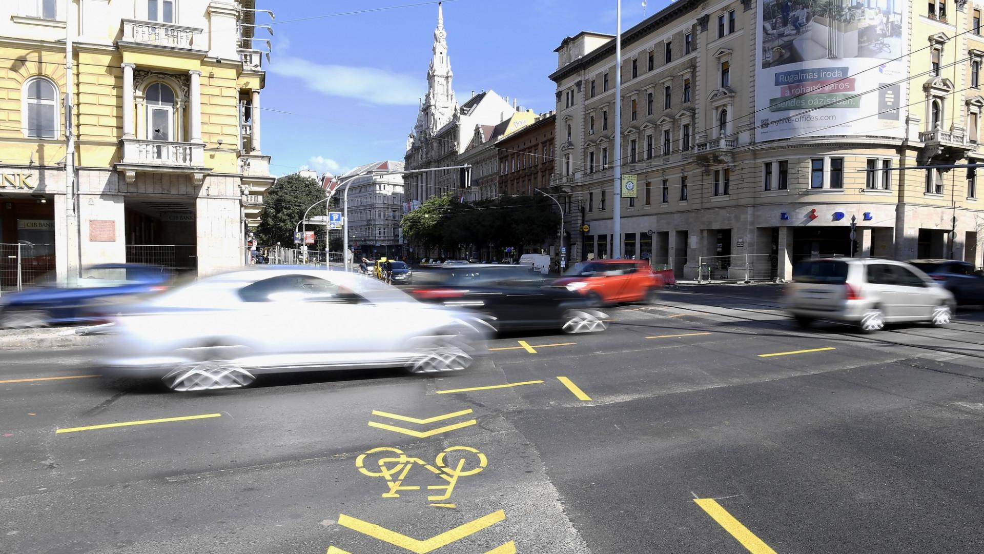 Jó hír a belvárosban autózóknak: vártnál hamarabb szűnnek meg a dugók a Blaha Lujza tér körül