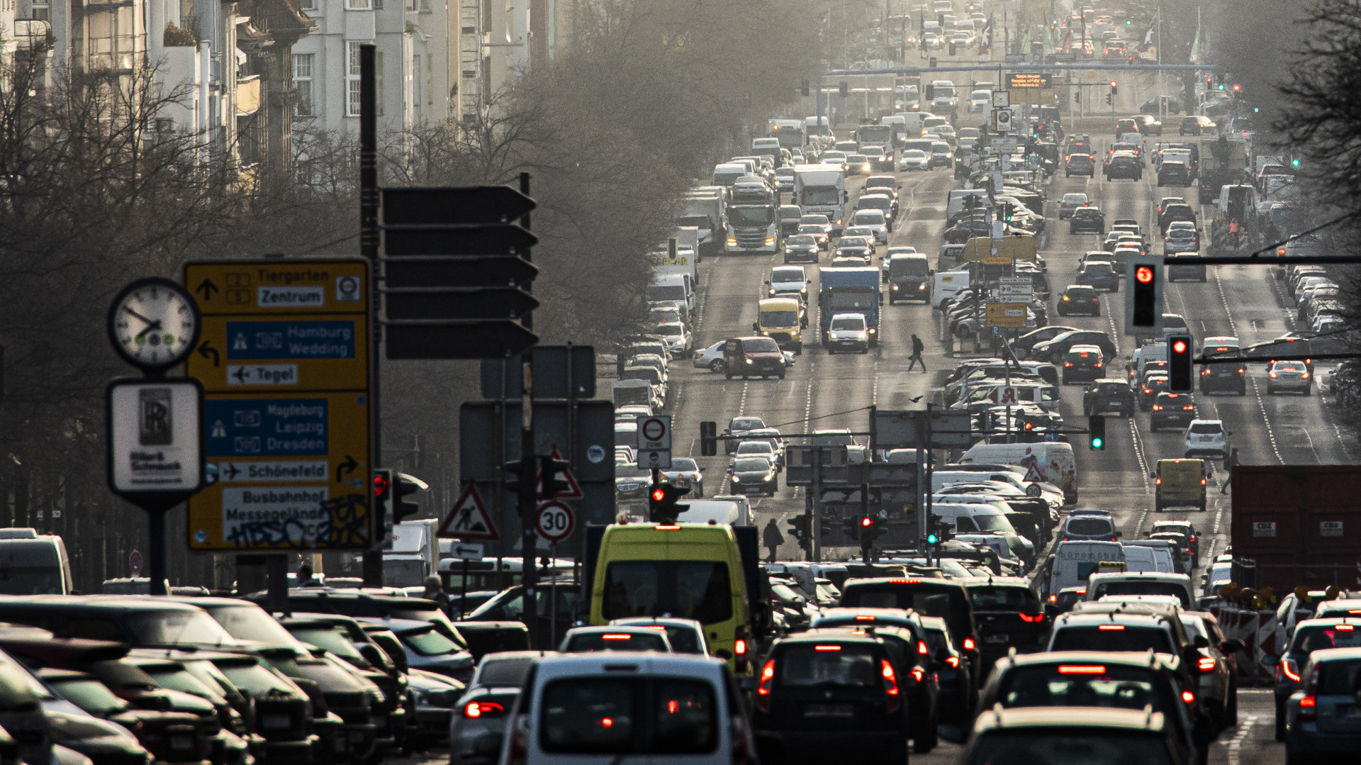Választ Európa legerősebb autógyártó nagyhatalma: a benzines és dízel autók betiltása és 120 km/h-s sebességkorlátozás is jöhet