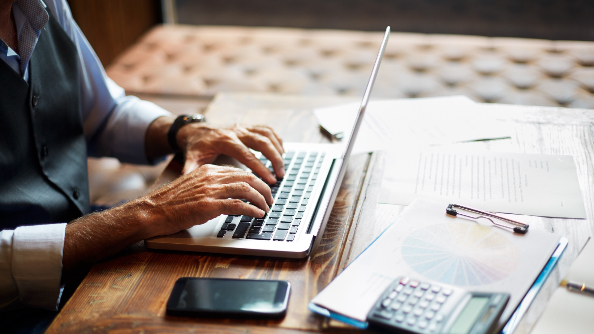 a bináris opciók gazdasági lényege az internetes keresetek felmérése