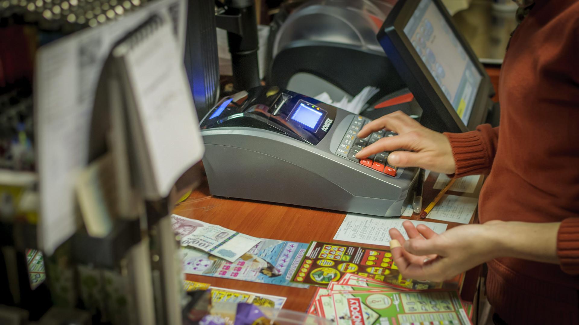 Öt év alatt százmilliárdokat hoztak a költségvetésnek az online pénztárgépek