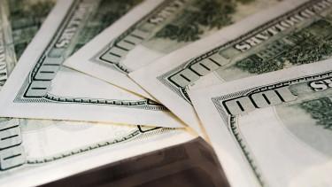 290-nél kezdi a hetet a dollár