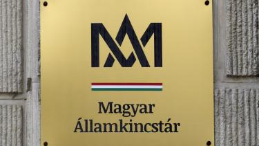 A Magyar Államkincstár táblája a Pest Megyei Kormányhivatal ügyfészolgálata falán az V. kerület Alkotmány utca 29-ben