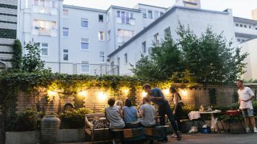 airbnb közösség este buli