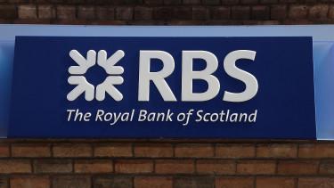Alakul a pánik Nagy-Britanniában, zuhannak a bankok