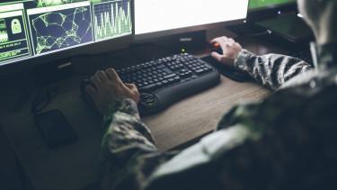 amerikai katona számítógéppel