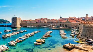Annyira akarják az euróbevezetést a horvátok, hogy kiárusításba kezdenek