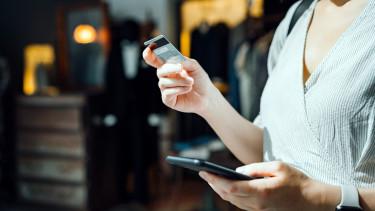 bankkártya okostelefon kéz nő okosóra