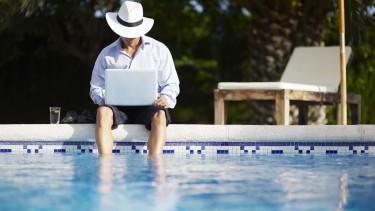 befektető nyár medence laptop tőzsde getty stock