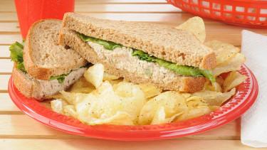 Betiltotta az EU az egyszer használatos műanyag tányérokat, evőeszközöket