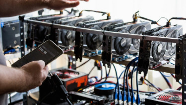 Brutális mozgások a bitcoin piacán, repkednek az ezer dollárok