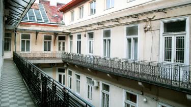 budapest lakás körfolyosó