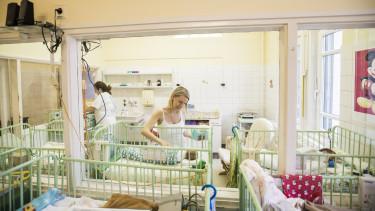 család gyermek anya születés baba csecsemő