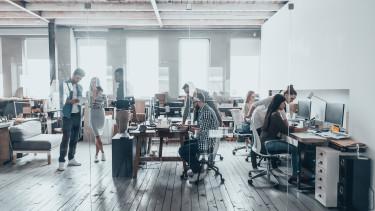 Csapatmunka egy modern irodában