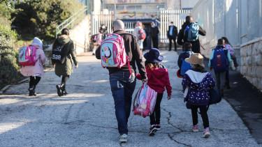 Diákok érkeznek egy újranyitott jeruzsálemi iskolába