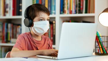 digitális oktatás tanulás gyerek járvány maszk koronavirus
