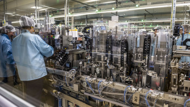 Dolgozók a Denso Gyártó Magyarország Kft. egyik gyártócsarnokában Székesfehérváron