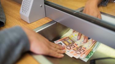 Eddig tartott a forinterő: újra 328 felett az euró