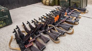Egy látványos videó arról, hogy árasztotta el a világot fegyverekkel Amerika és Oroszország