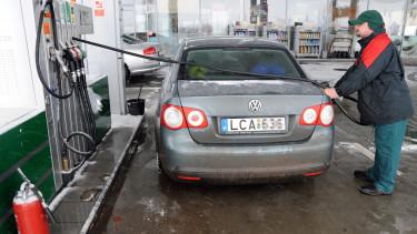 Egy magyar autót tankol meg a benzinkutas a Mol egyik szerbiai kútján a horgosi határátkelõtõl 1 kilométerre.