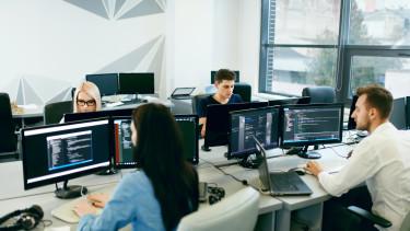 emberek számítógéppel egy irodában