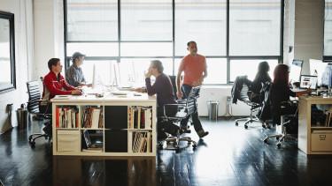 emberek széken ülnek valamin nagyon dolgoznak mert elfoglaltnak tűnnek