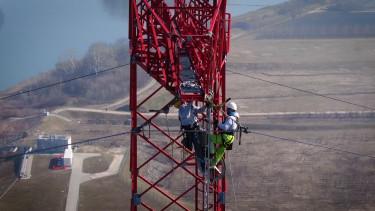 Épül a Gönyű–Bős 400 kilovoltos távvezetéki összeköttetés-fázisvezető behúzása