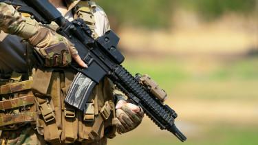 fegyveres női katona HK 416-ossal