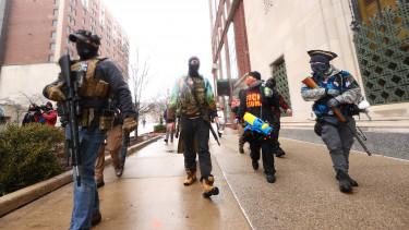 fegyveres tüntetők