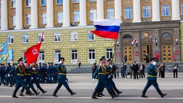 Félnek a britek, hogy a földbe döngöli őket az orosz hadsereg