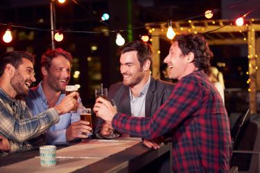 Fiatal férfiakból álló baráti társaság sört fogyaszt. Fotó: Shutterstock