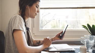 fiatal lány digitális értékesítés mobil online