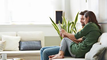 fiatalok a kanapén életbiztosítási szerződést kötnek