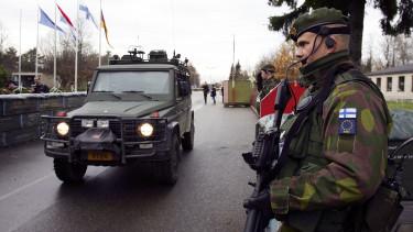 finn katona eus zászlóval