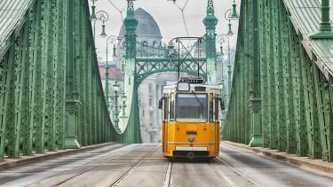 getty, budapest, villamos, szabadság híd,