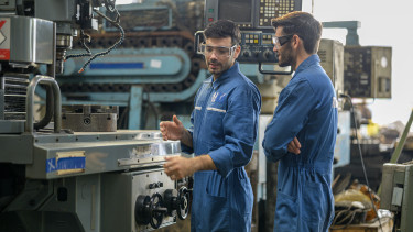 gyári munkás dolgozó factory worker gyár fizetés kereset