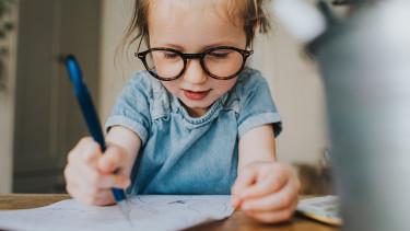 gyerek rajzol tehetség kisgyerek