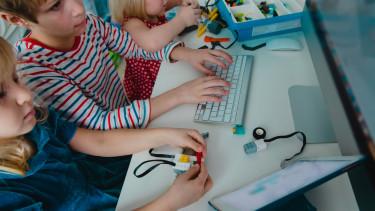 gyerekek programoznak iskola számítógép