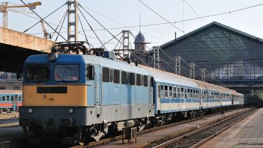 Hatalmas kedvezményt vezet be a MÁV a mobilos és automatás vonatjegyekre