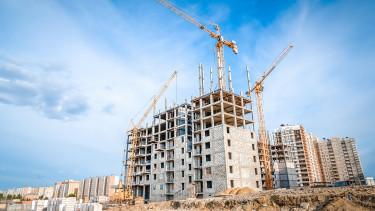 Hatalmas kérdőjelek a lakásépítéseknél: akár törölt projektekre is számíthatunk