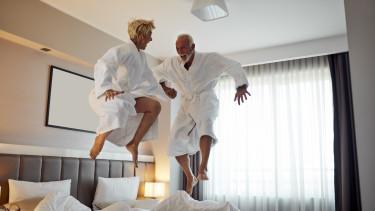 hotelszoba - örömködő idősek -  Getty