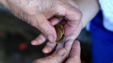 idős nyugdíj pénz megtakarítás fiatal kéz forrás getty stock