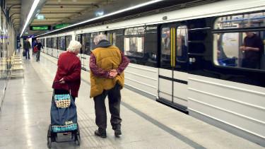 idős pár budapest metró