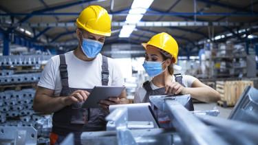 ipar termelés vírus koronavírus factory worker