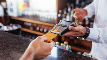 Itt a fontos döntés: olcsóbb lesz a külföldi kártyás fizetés