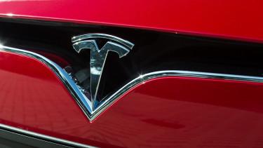 Itt tartunk: a Tesla mentheti meg az egyik legnagyobb autógyártót