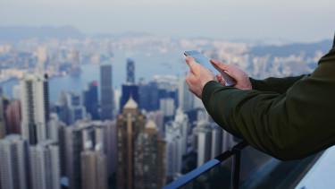 Jelentős változásra figyelmeztetnek az okostelefonoknál - Aggódhat az Apple és a Samsung