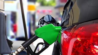 Jó hír az autósoknak, hatalmas árcsökkenés jön a benzinkutakon