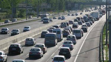 Kocsisor araszol az M7-es autópálya bevezetõ szakaszán Budapest határában. A nagyszámú hazatérõ miatt több kilométeres kocsisor alakult ki.